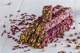 SPECIAL DELIGHT WITH PISTACHIO COVERED ROSE PETALS KG